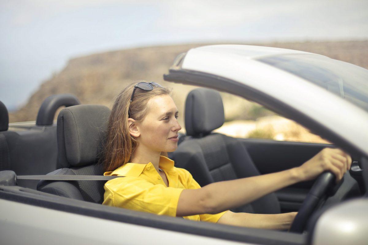 Cara aman berkendara mobil untuk pemula